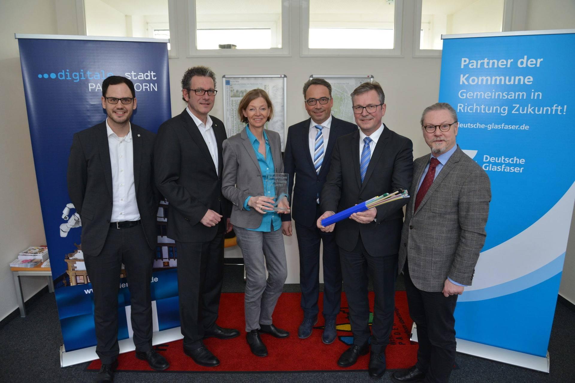 Vertreter:innen der Unternehmensgruppe Deutsche Glasfaser und die Stadt Paderborn im Austausch