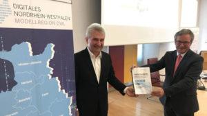 Bürgermeister Michael Dreier überreicht Prof. Dr. Andreas Pinkwart eine Absichtserklärung für die weitere interkommunale Zusammenarbeit.