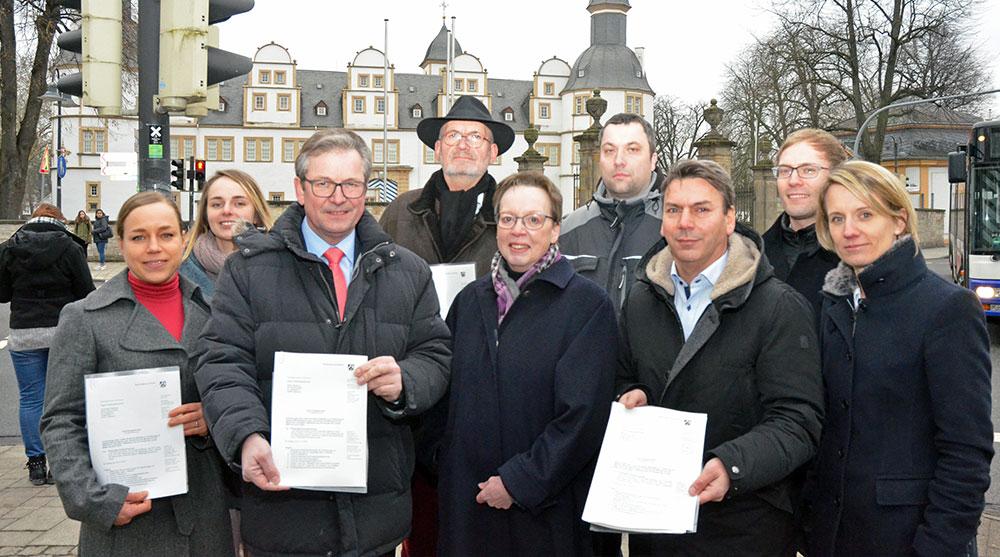 Regierungspräsidentin Marianne Thomann-Stahl hat Bürgermeister Michael Dreier den Förderbescheid für das Pilotprojekt Schlosskreuzung übergeben