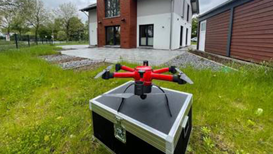 Drone vor einem Wohnhaus. Sie soll die Feuerwehr bei der Anfahrt im Falle eines Einsatzes unterstützen.
