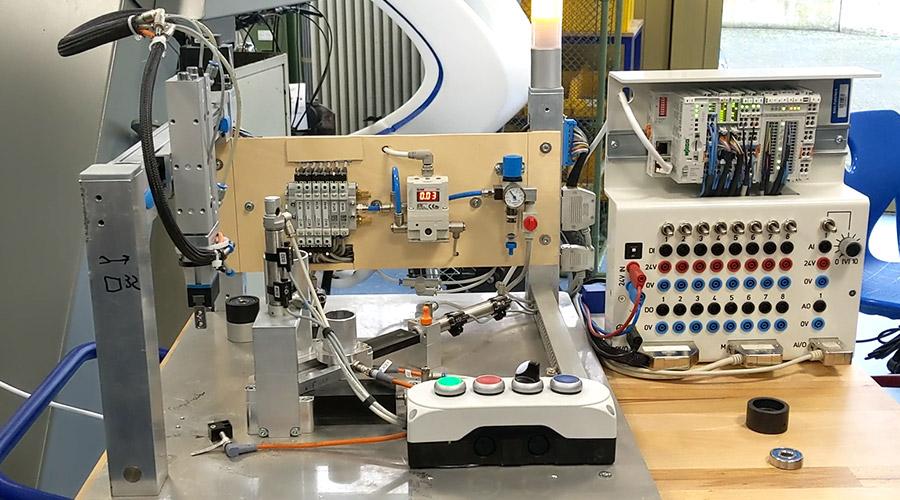 Blick in automatisierten Maschinenbaulernbetrieb am Richard-von-Weizsäcker Berufskolleg Paderborn
