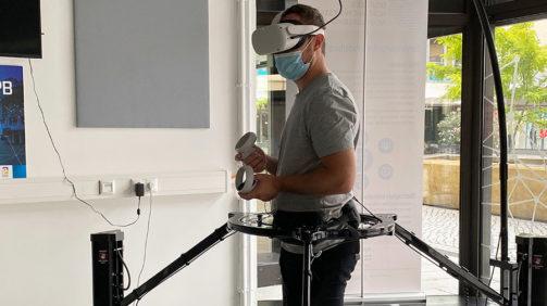 """Männliche Person mit VR-Brille testet den Virtualizer. Der """"Virtualizer"""" – ein omnidirektionales Laufband – ermöglicht es, den Körper auf eine sehr realistische Weise durch virtuelle Welten laufen zu lassen. Die Steuerung funktioniert dabei nur durch die eigene Körperbewegung."""