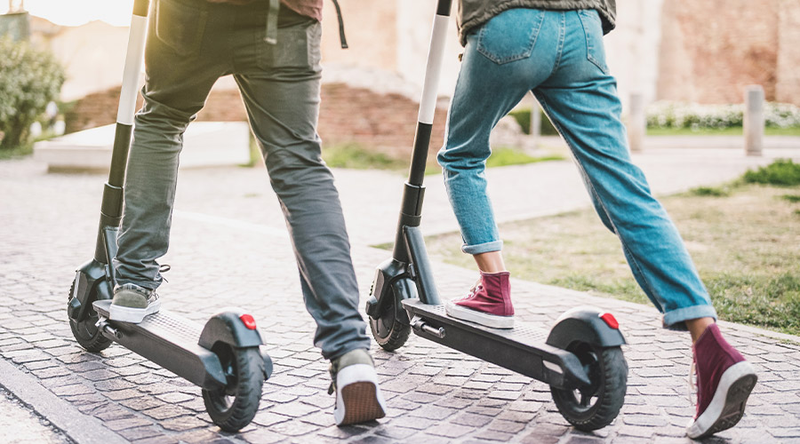 Zur Kategorie: E-Scooter. Bildmotiv: 2 Personen auf E-Scootern.