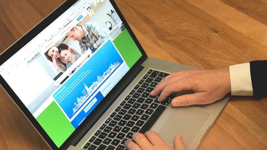 Man am Laptop ruft die Webseite der digitalen Verwaltung der Stadt Paderborn auf