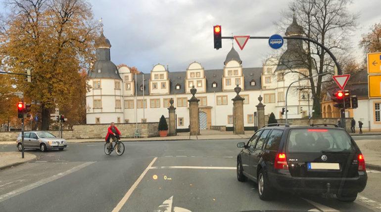 Zur Kategorie: Mobilität. Bildmotiv: Lichtsignalanlage an der Schlosskreuzung.